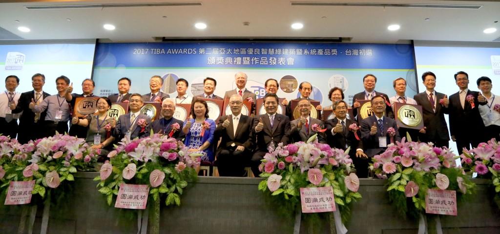 吳前副總統(中)、評審、得獎單位受獎代表與本會理監事合影