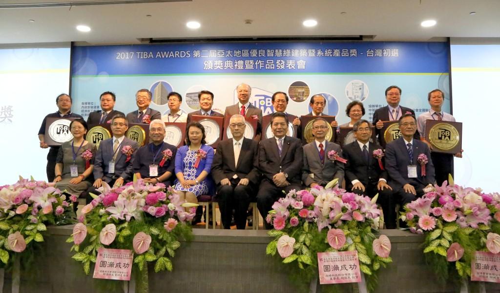 吳前副總統(中)、評審與得獎單位受獎代表合影