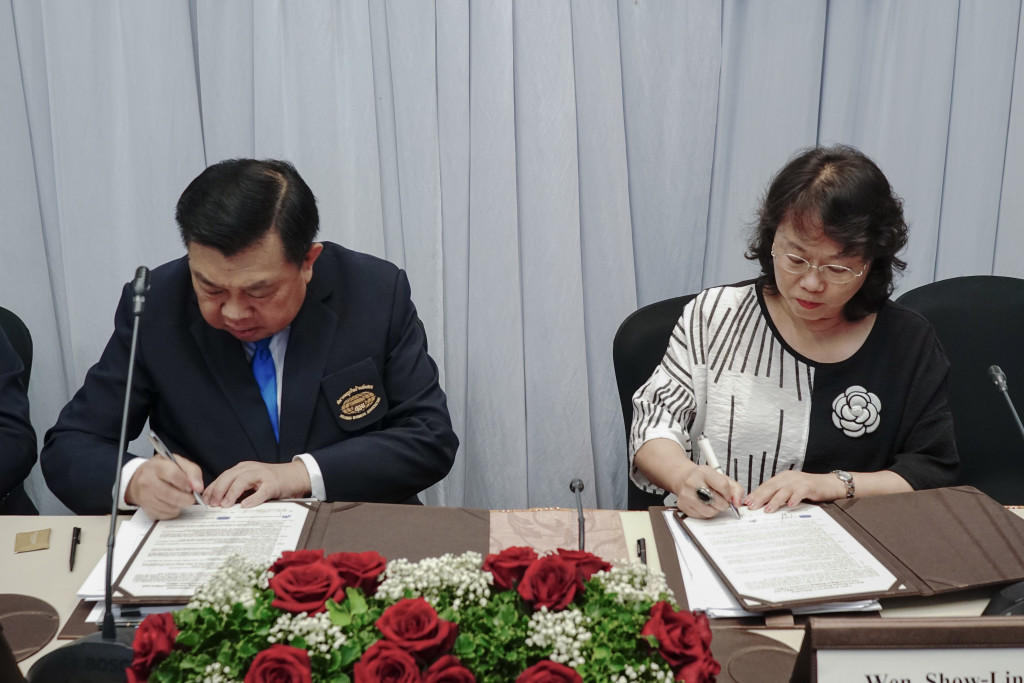 本會名譽理事長溫琇玲教授與泰國不動產商業協會理事長Mr. Atip簽約