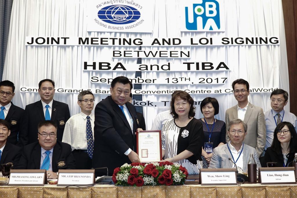 本會名譽理事長溫琇玲教授代表致贈感謝狀給HBA